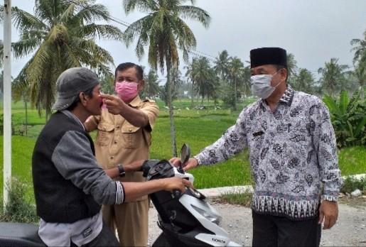 Pembagian masker kepada masyarakat bersama Puskesmas Paninggahan ketika kabut asap