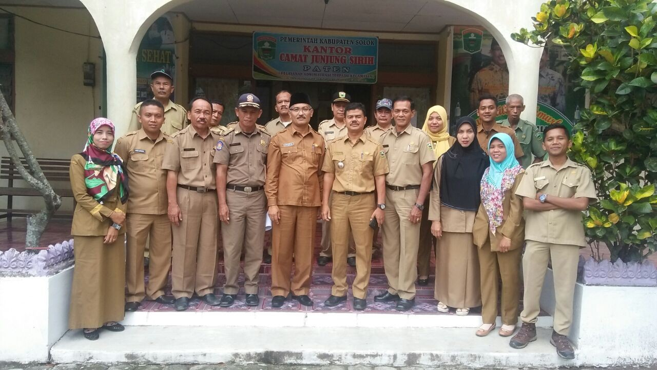 Foto Bersama Keluarga Kantor Camat Junjung Sirih
